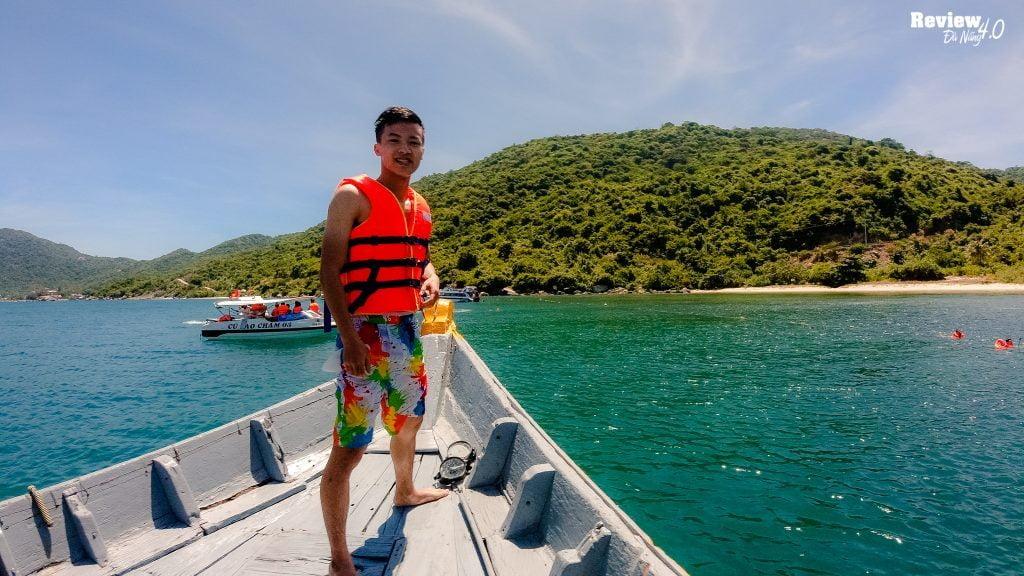 Trải nghiệm cảm giác đi tàu gỗ trên biển, ngắm trọn vẹn Cù Lao Chàm từ tàu ngoài khơi.